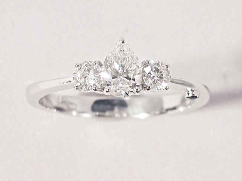 Anello con diamante centrale
