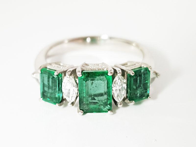Anello in platino con smeraldi e diamanti